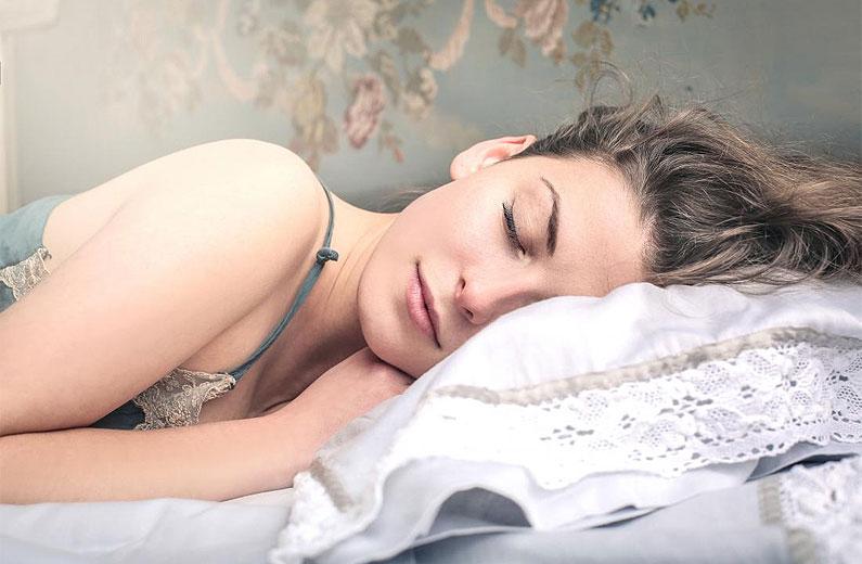 11 ayurvedische tips - vrouw die slaapt